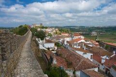 Cammini su una parete antica della fortezza di Obidos Fotografia Stock Libera da Diritti