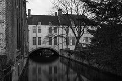 Cammini tramite le vecchie belle vie della città antica Fotografia Stock