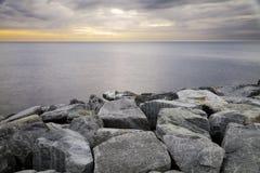 Camogli, il frangiflutti roccioso del porto Immagine di colore Immagini Stock