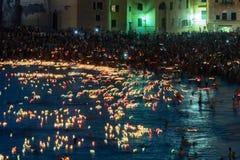 CAMOGLI, ITALIË - AUGUSTUS 6 2017 - de traditionele kaarsen van Stella Maris op de overzeese viering Stock Foto