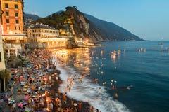 CAMOGLI, ITALIA - 6 de agosto de 2017 - velas tradicionales de Stella Maris en la celebración del mar Foto de archivo