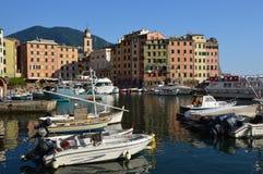 CAMOGLI ITALIEN - JUNI 13, 2017: Den Camogli hamnen med färgrika hus och fartyg förtöjde, Camogli, Liguria, Italien Royaltyfria Bilder