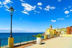 Camogli-Kirche auf Meer, Lampe und Terrasse Ligury, Italien Lizenzfreies Stockbild