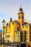 Camogli - koppla av och basilikan Santa Maria Assunta för folk i bakgrunden Royaltyfri Fotografi