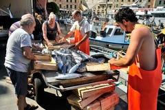 Camogli, Liguria, Italia - 15 giugno 2015: Fishermans con un fermo Fotografia Stock