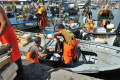 Camogli, Liguria, Italia - 15 giugno 2015 Fishermans con un fermo Fotografia Stock Libera da Diritti
