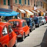 Camogli Liguria, Italien - September 20, 2015: Festivalen Fiat 500 samlar organisatörer den Fiat 500 klubban Genova Levante Itali Royaltyfri Bild