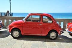 Camogli Liguria, Italien - September 20, 2015: Festivalen Fiat 500 samlar organisatörer den Fiat 500 klubban Genova Levante Itali Royaltyfri Foto