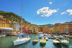 Camogli marina schronienie, łodzie i typowi kolorowi domy, Ligury Obrazy Royalty Free