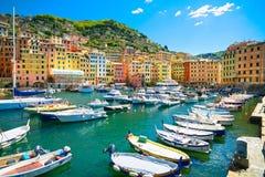 Camogli marinahamn, fartyg och typiska färgrika hus Ligury Arkivbilder