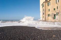 Camogli plaża pod wodą morską w dniu szorstki morze i nabrzeże Zdjęcia Stock