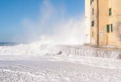 Camogli plaża pod wodą w dniu szorstki morze i nabrzeże Obrazy Stock