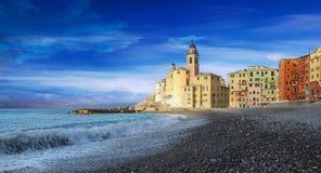 Camogli sikt - promenad och stranden - Ligurian hav Arkivfoto