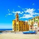 Camoglikerk op overzees, boten en strandmening Camogli, Italië Royalty-vrije Stock Afbeelding