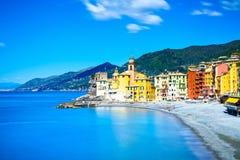 Camoglikerk op overzeese en strandmening. Ligurië, Italië Stock Afbeelding