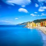 Camoglikerk op overzeese en strandmening. Ligurië, Italië Royalty-vrije Stock Afbeelding