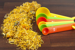 camomile ζωηρόχρωμα μετρώντας κουτάλια Στοκ Εικόνες