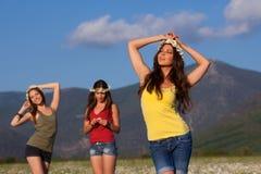camomile κορίτσια τρία πεδίων Στοκ εικόνες με δικαίωμα ελεύθερης χρήσης