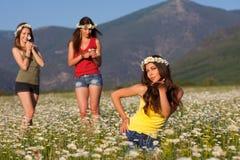 camomile κορίτσια τρία πεδίων Στοκ φωτογραφία με δικαίωμα ελεύθερης χρήσης