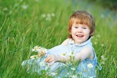 camomile κορίτσι μαργαριτών παιδ&iot Στοκ εικόνα με δικαίωμα ελεύθερης χρήσης