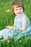 camomile κορίτσι μαργαριτών παιδ&iot Στοκ Φωτογραφία