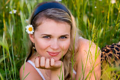 camomile νεολαίες κοριτσιών Στοκ εικόνα με δικαίωμα ελεύθερης χρήσης