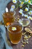 Camomile τσάι στο ξύλινο υπόβαθρο στοκ φωτογραφία
