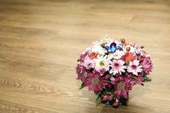 Camomiles multicolores et d'autres fleurs de ressort dans un bouquet images stock
