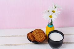 Camomilla e latte con i biscotti Immagine Stock Libera da Diritti
