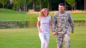 Camoubackgrounde del desgaste del soldado en amor con una muchacha almacen de video