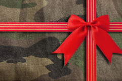 Camouflage-militaire textuur met rood lint Stock Afbeelding
