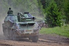 Camouflaged samojezdny granatnik wojsko i militarnej technologii demonstracje na zakurzonej drodze - Zdjęcie Royalty Free