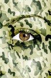 Camouflagetextuur over vrouwelijk gezicht wordt geschilderd dat Royalty-vrije Stock Afbeeldingen