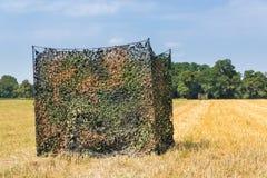 Camouflez la tente dans le domaine de grain néerlandais images stock