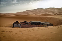 Camp couvert dans le désert du Sahara Photos stock