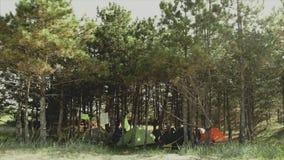 Camp dans la forêt de matin près de la mer Cuisson de la nourriture sur un feu de camp dans la vie de forestCamp déplacement clips vidéos