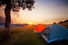 Camp dans le coucher du soleil Photo libre de droits