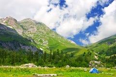 Camp dans les montagnes Photo libre de droits