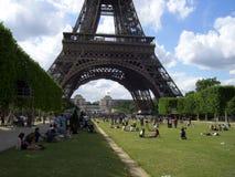 Camp dans Tour Eiffel photo libre de droits