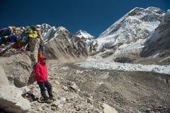 Camp de base d'everest de dame de sommet asiatique de trekker, Népal Concep de voyage photographie stock libre de droits