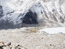 Camp de base d'Everest, Népal - 14 avril 1018 : La manière au camp de base d'Everest entourant avec la neige a couvert des montag Photos libres de droits