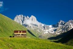 Camp de montagne dans la belle vallée de montagne de Chauchi Photographie stock