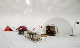 Camp de piqué en expédition polaire de recherches Image stock