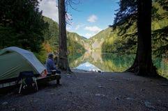 Camp de région sauvage de bord de lac Images libres de droits