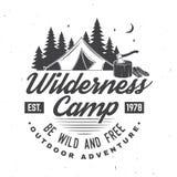 Camp de région sauvage Soyez sauvage et gratuit Illustration de vecteur Concept pour l'insigne, la chemise ou le logo, copie, tim illustration libre de droits