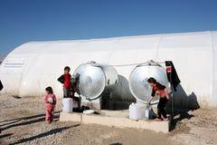Camp de Shariya IDP Réservoir d'eau avec des enfants Photos stock