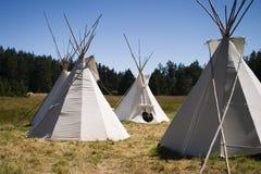 Camp de Teepee dans le pré Images libres de droits