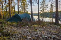 Camp de tente dans la forêt Photo libre de droits