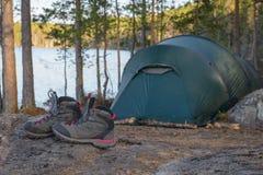 Camp de tente dans la forêt Photo stock