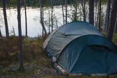 Camp de tente dans la forêt Photographie stock